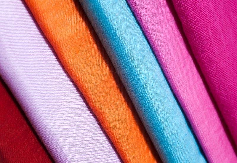 stoffe beispiele stickereien warme farben garn auf schwarz rosa lia