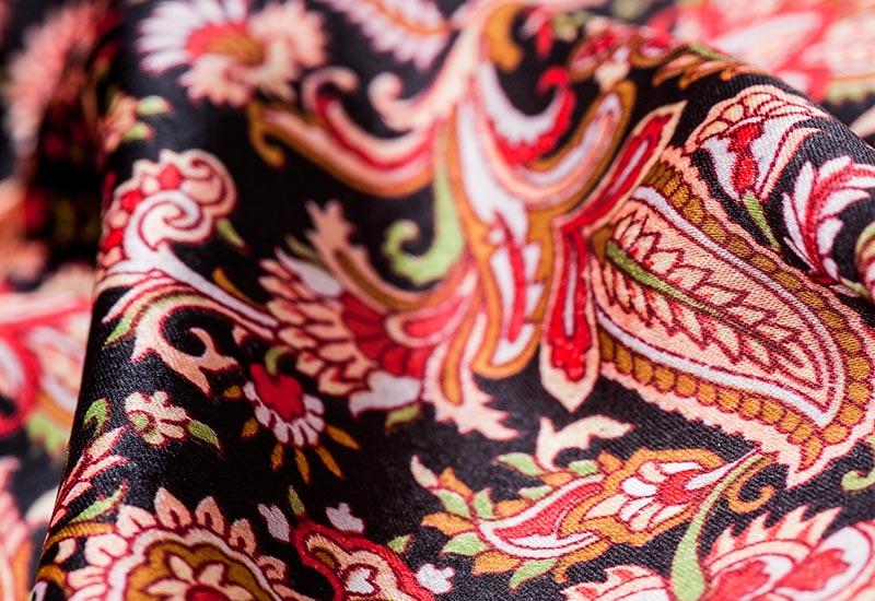 stoffe beispiele begruckt warme farben muster ranken auf schwarz rosa lia